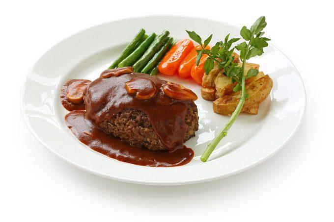 野菜とポテトが添えられたハンバーグ