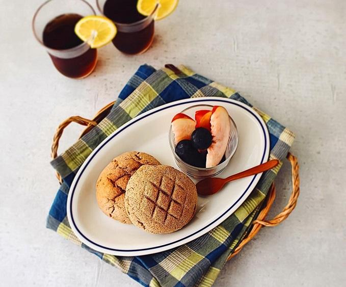 低糖質のメロンパンが乗ったプレートと飲み物