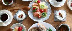 低糖質のふすまパン、料理、コーヒーが並ぶ食卓