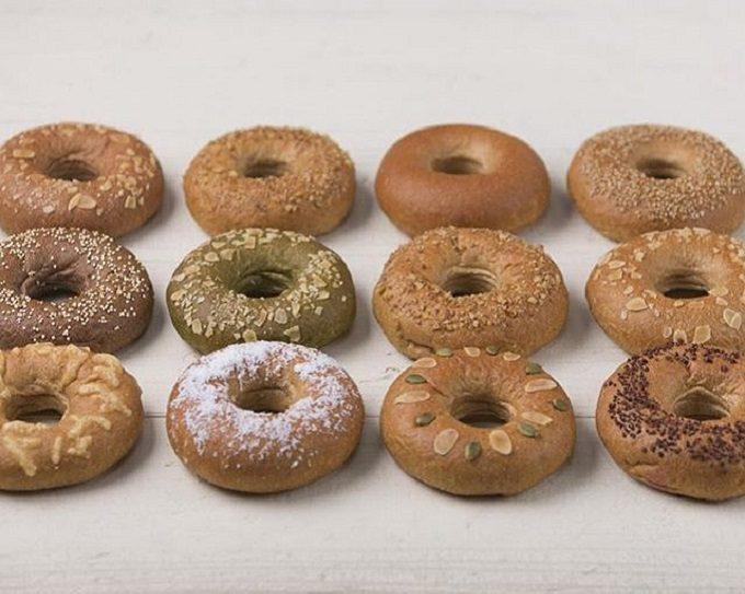 低糖質のリング型パンが数種類並んでいる