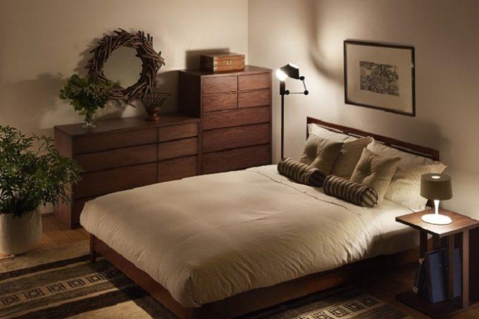 上質な睡眠がとれる温かみのある照明の部屋