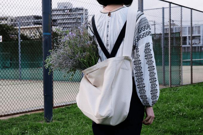春の旅行におすすめなCaBasのバッグをかけた女性