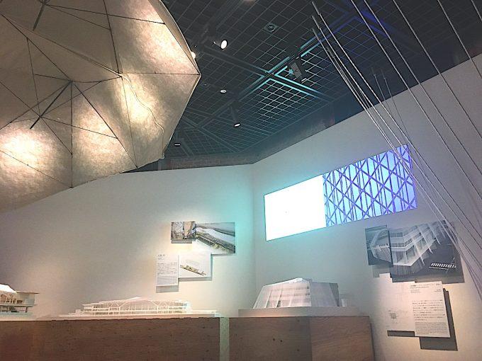 「くまのもの 隈研吾とささやく物質、かたる物質」の展示の様子