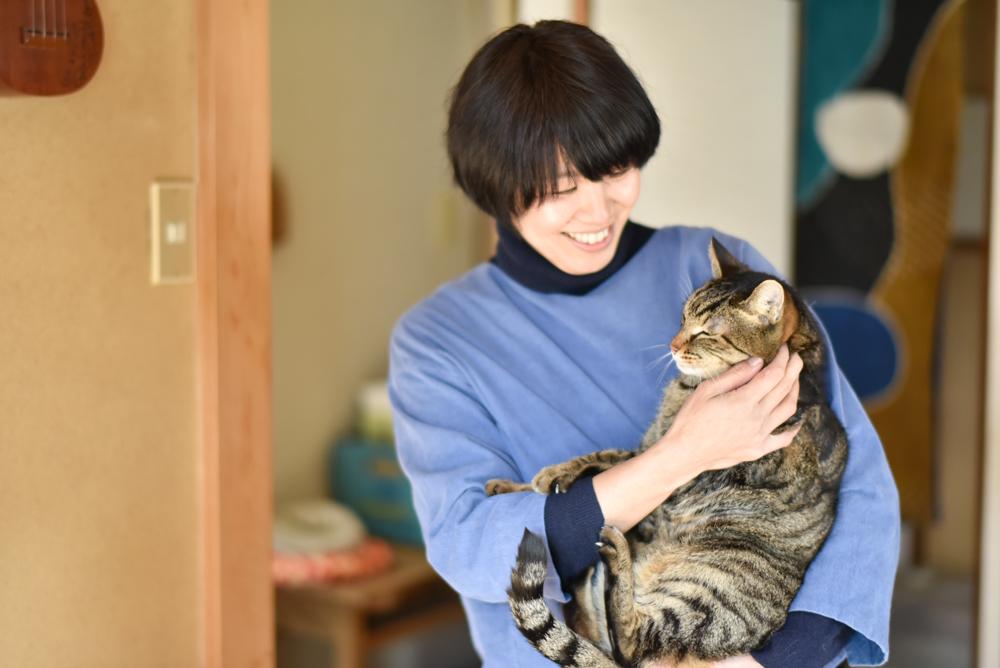 猫を抱く木工作家サノアイさん