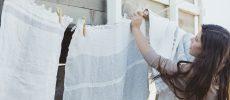 タオルを干している女性