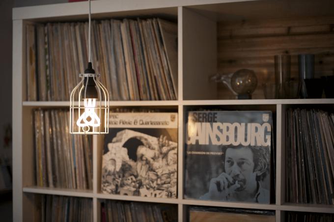 レコードが並ぶ部屋にLineMeの照明がつるされている