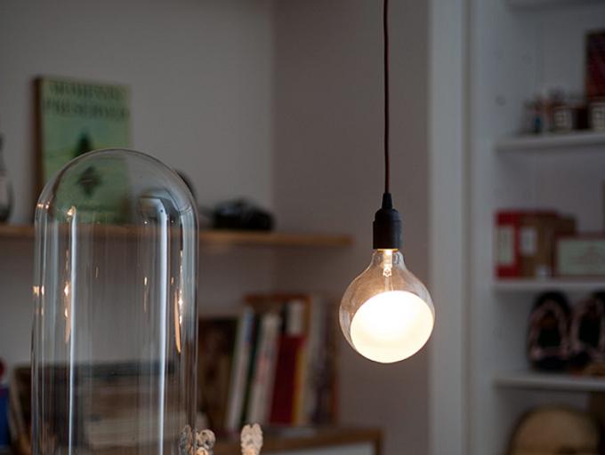 天井からつるされているLineMeのランプ