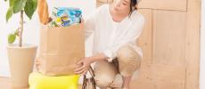 踏み台に荷物を置いている女性