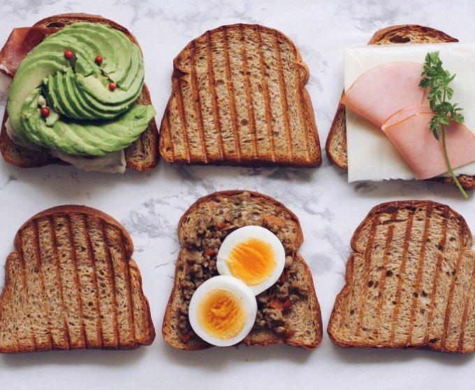 低糖質の食パンに具材が乗っている