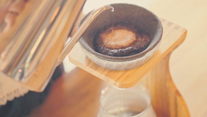 Cera Filterでコーヒーを淹れている