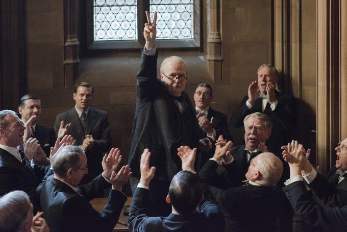 ピースマークを掲げるウィンストン・チャーチル役のゲイリー・オールドマン