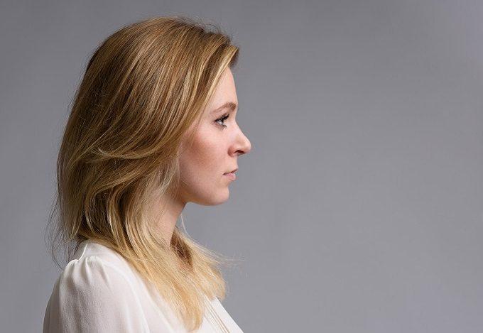 あごを軽く引いて正面を見ている女性
