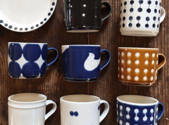 大人な色合いと遊び心の融合。いつもの食卓を楽しく彩る「凸凸製作所」のマグカップやお皿