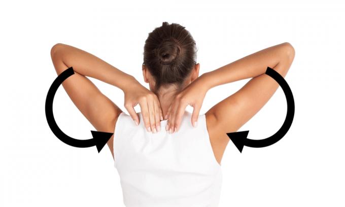 肩と肩甲骨まわりの血流をよくするストレッチをする女性