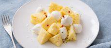 パイナップルとモッツァレラチーズを使ったワインに合うおつまみ