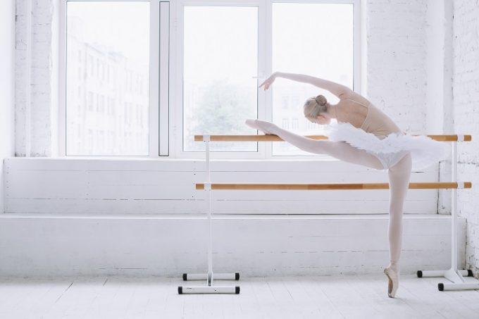 バレリーナの女性が股関節ストレッチで股関節を柔らかくしている様子