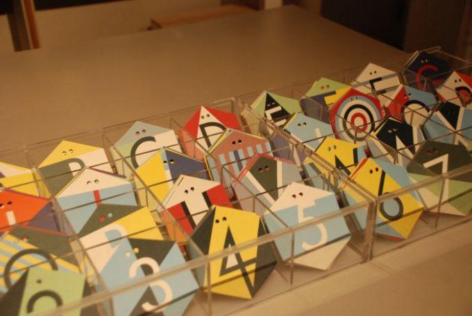 上に紐を通せるようになっているアルファベットと数字のカード
