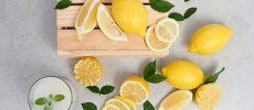丸ごとのレモンと様々な形に切られたレモン
