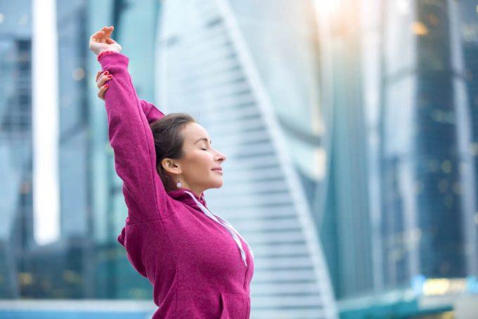 背中を覆っている筋肉のストレッチをする女性
