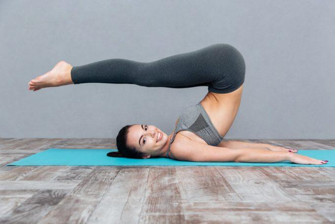 背中と腰の筋肉をほぐすストレッチをする女性