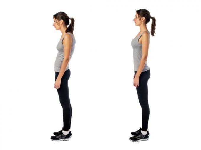 悪い姿勢と正しい姿勢の女性