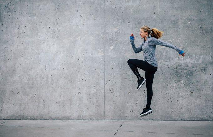 痩せやすい身体をつくる動的ストレッチをする女性