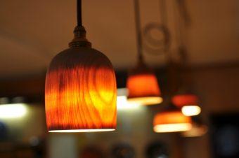 浮かび上がる木目に心惹かれる「山中ウスビキライト」のあたたかな灯り