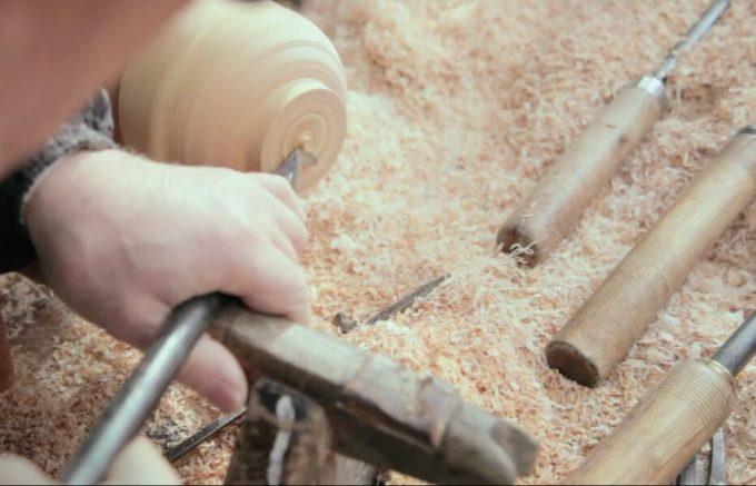 ロクロを使って木を薄く削っている