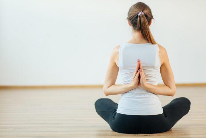 上半身のバランスを整える、肩甲骨のストレッチをする女性