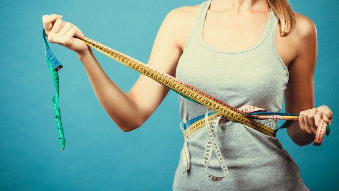上半身のストレッチで痩せやすい身体を目指す女性