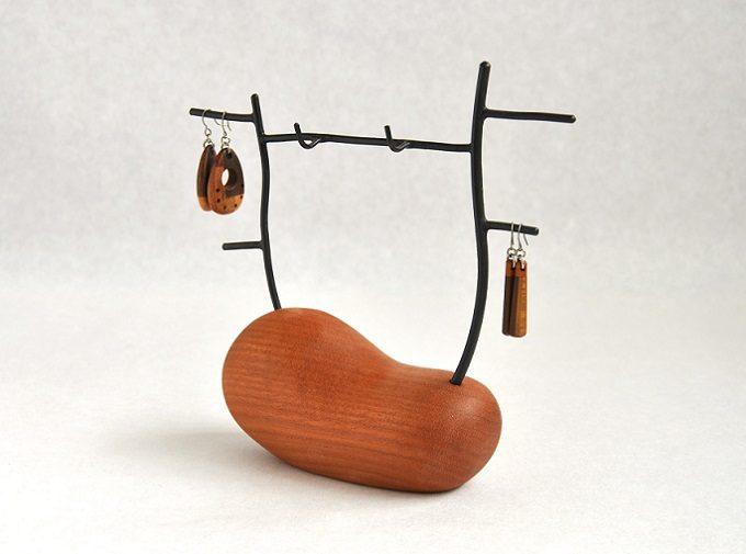 木の雑貨などを制作しているフジタマリのアクセサリースタンド