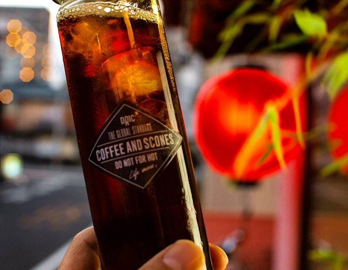 期間限定のドリンクやスコーンが楽しめる長崎のカフェ「DRIC(ドリック)」のおしゃれなガラスボトルに入ったアイスコーヒー