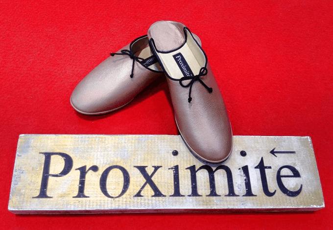革のインテリアシューズブランド「Proximite(プロキシミテ)」のロゴとルームシューズ