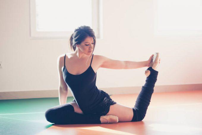 簡単でおすすめの脚のストレッチ、脚の疲れと脚のむくみにアプローチする股関節&太もものストレッチ