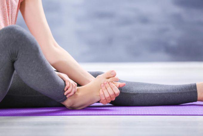 脚の疲れと脚のむくみのケアをする女性の足元