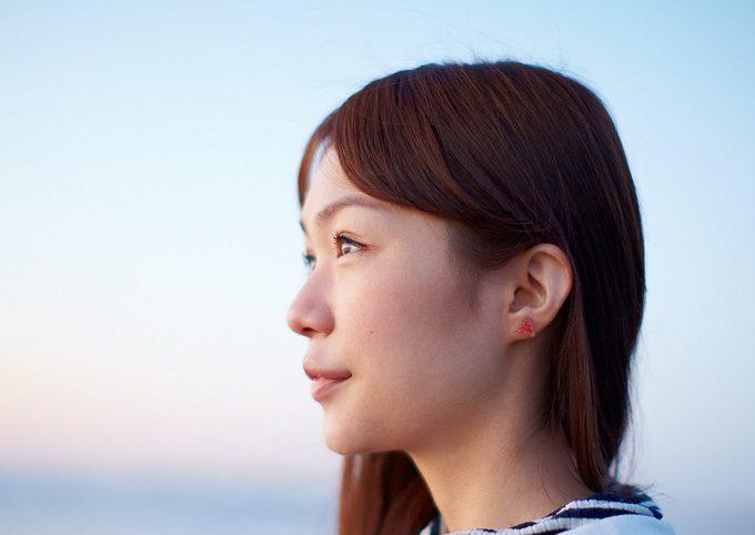 福島の伝統工芸品を使って制作されている「ふくいろピアス」をつけた女性
