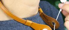 シンプルで機能的な革小物を作る「SKLO」の本革イヤホンネックホルダー
