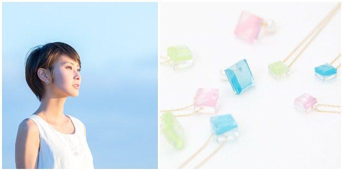 福島で織られるシルクで作られたアクセサリーをつけた女性