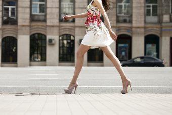 ほっそりした美脚で街を歩こう。歩き姿の美しさにもつながる「ヒップローテーション」