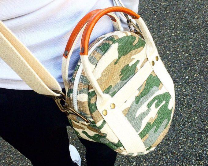 曲線のフォルムと帆布の素材感が特徴のhamphempのバッグ