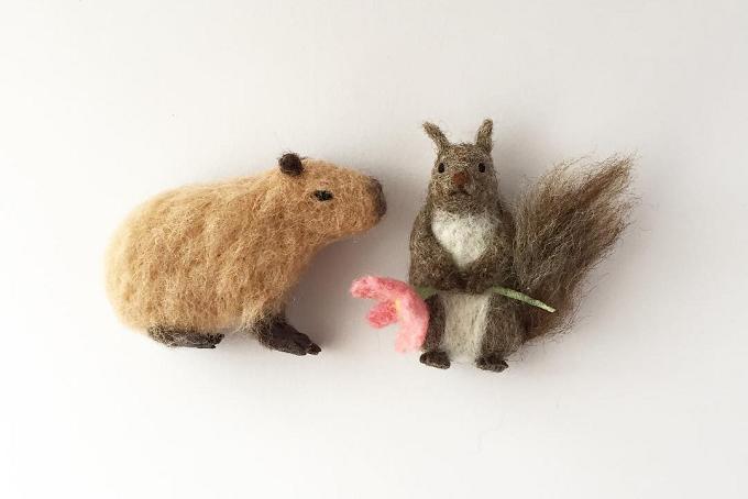 「higuma」の羊毛ブローチのカピバラとエゾリス