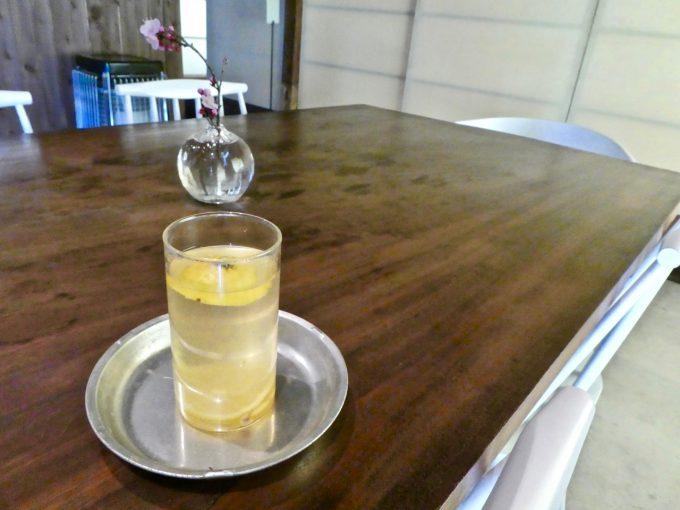 香川県豊島「檸檬ホテル」のレモンを浮かべたドリンク
