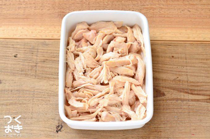 鶏の胸肉を使った基本のレシピ「ほぐし蒸し鶏」