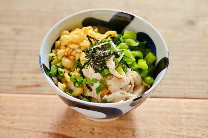 基本の蒸し鶏を使ったレシピ「ほぐし蒸し鶏と野沢菜のだし茶漬け」