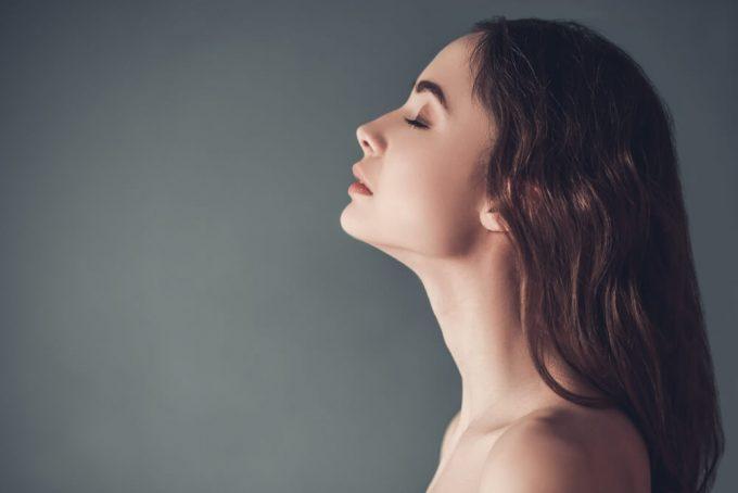 首が痛いときは押さない、揉まない。首コリに効く簡単ストレッチ<3選>