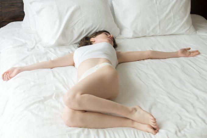 お腹まわりに効く、簡単でおすすめのお腹全体をひねるストレッチをする女性