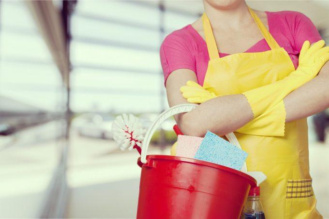 お掃除用具・グッズを持った春掃除をする女性