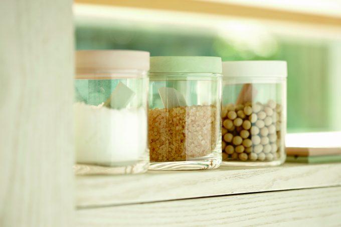 珪藻土をつかったバスマットで有名な「soil」のチョコレート型の乾燥剤と食材をいれた容器