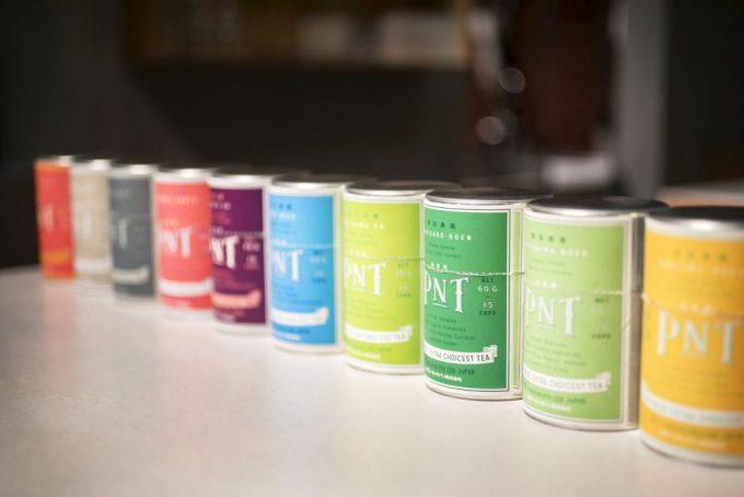 パリ発「パピエ ティグル」併設の日本茶サロンにあるたくさんの銘柄のお茶