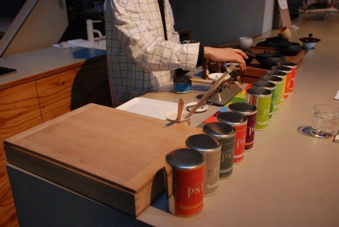パリ発「パピエ ティグル」併設の日本茶サロンでお茶を淹れている様子